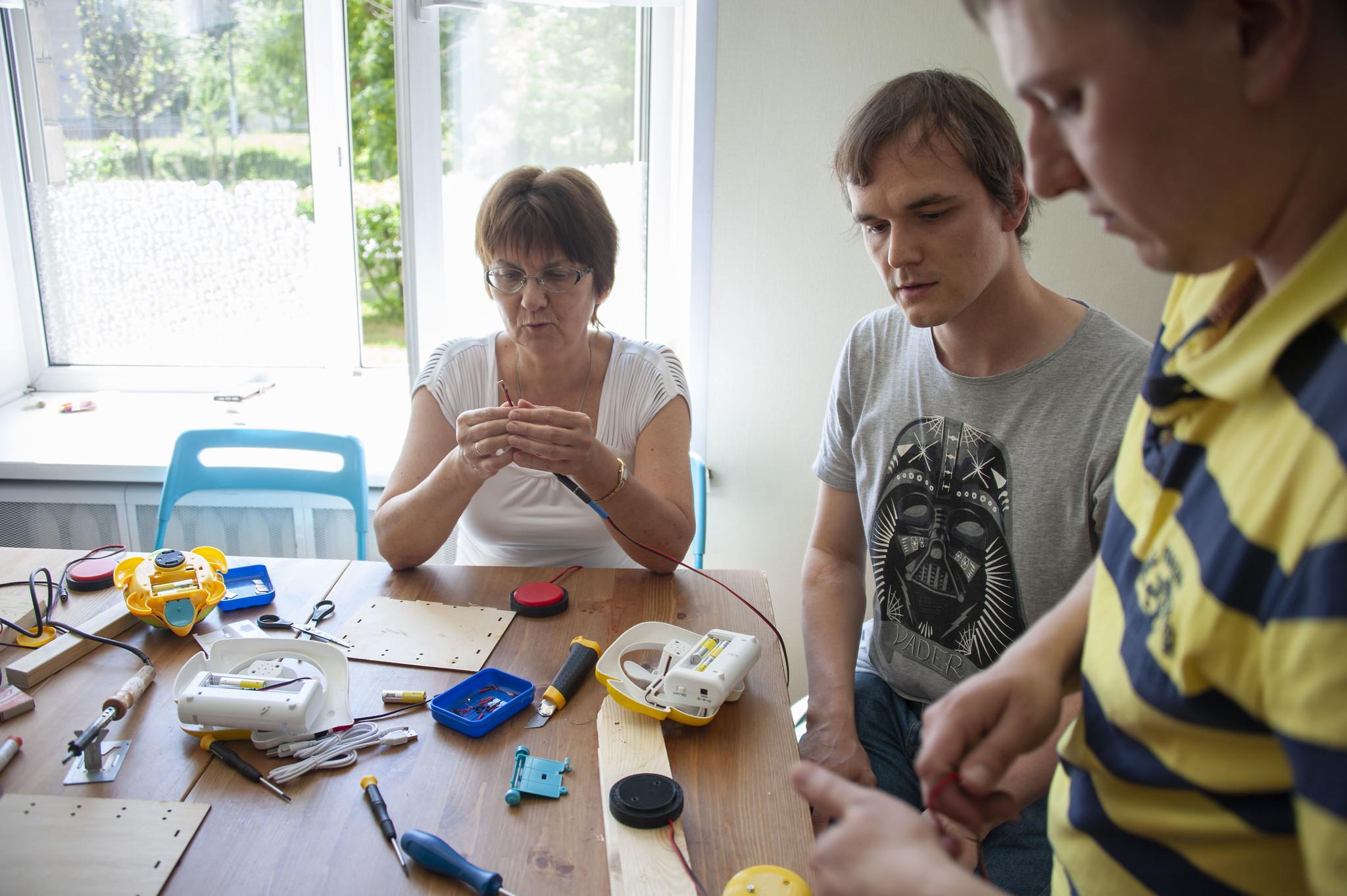 описание изображения Методическое пособие по адаптации игрушек и созданию специальных переключателей для детей с нарушениями развития